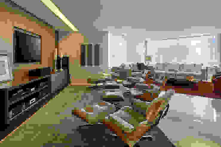 Salle multimédia moderne par Isabela Canaan Arquitetos e Associados Moderne