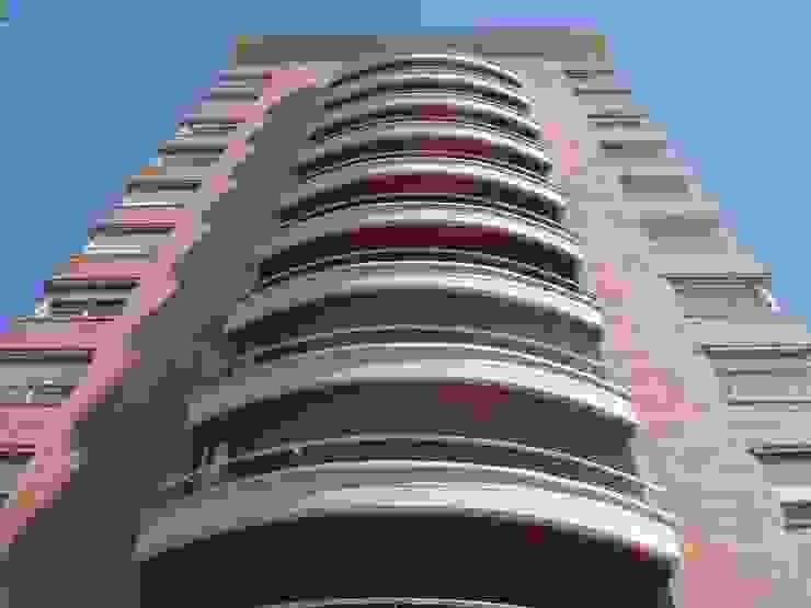 """Edificio """"Del Centenario"""" Balcones y terrazas modernos: Ideas, imágenes y decoración de Arquitecto Oscar Alvarez Moderno"""