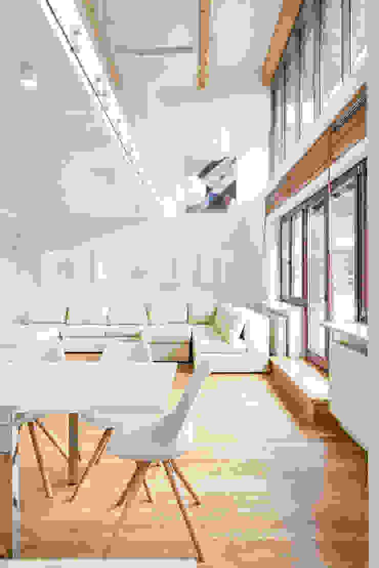 Apartament z widokiem na Wawel Nowoczesny salon od Tarna Design Studio Nowoczesny
