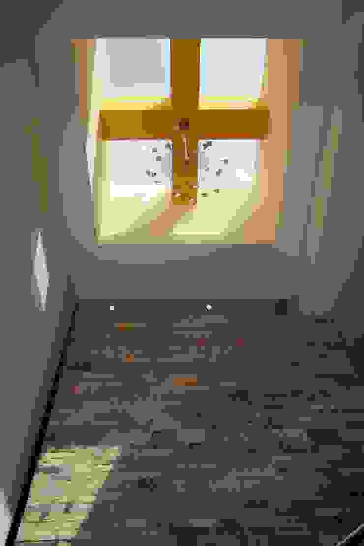 Tragaluz Pasillos, vestíbulos y escaleras modernos de ODICSA Moderno Piedra