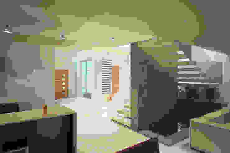 Valle Anahuac Pasillos, vestíbulos y escaleras modernos de CouturierStudio Moderno