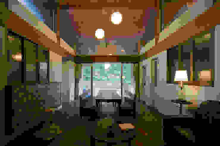 Sala da pranzo moderna di Nobuyoshi Hayashi Moderno