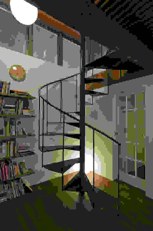 Pasillos, vestíbulos y escaleras de estilo moderno de Nobuyoshi Hayashi Moderno