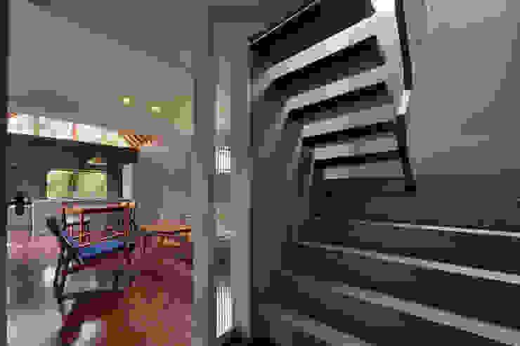 Corredores, halls e escadas modernos por Nobuyoshi Hayashi Moderno