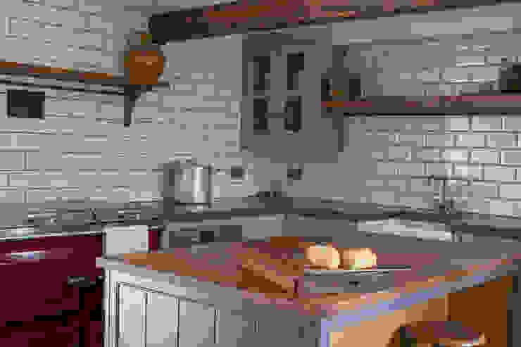 18th Century Manor House with Modern Kitchen Cucina in stile classico di homify Classico Legno Effetto legno