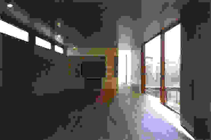 コートハウス モダンデザインの リビング の ツチヤタケシ建築事務所 モダン