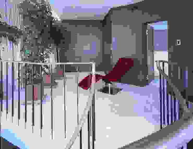 Квартира на Литейном Коридор, прихожая и лестница в стиле минимализм от ASASH Минимализм