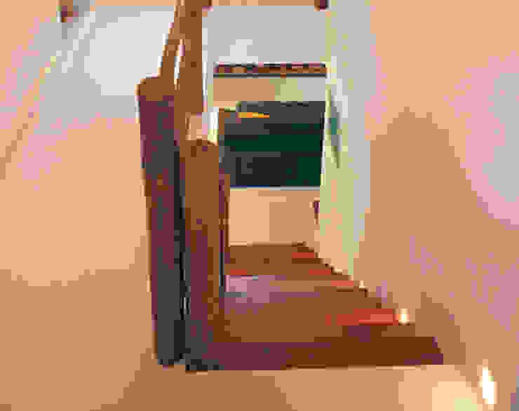 CASA INTEGRADA AO VERDE Corredores, halls e escadas rústicos por RAC ARQUITETURA Rústico