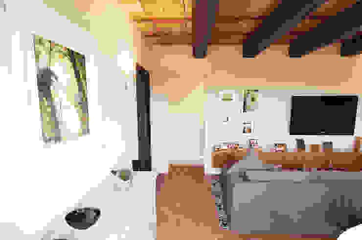 Ingresso Sala multimediale moderna di Studio Bennardi - Architettura & Design Moderno