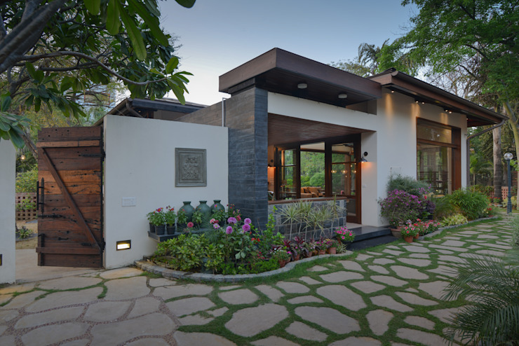Juanapur Farmhouse di monica khanna designs Moderno