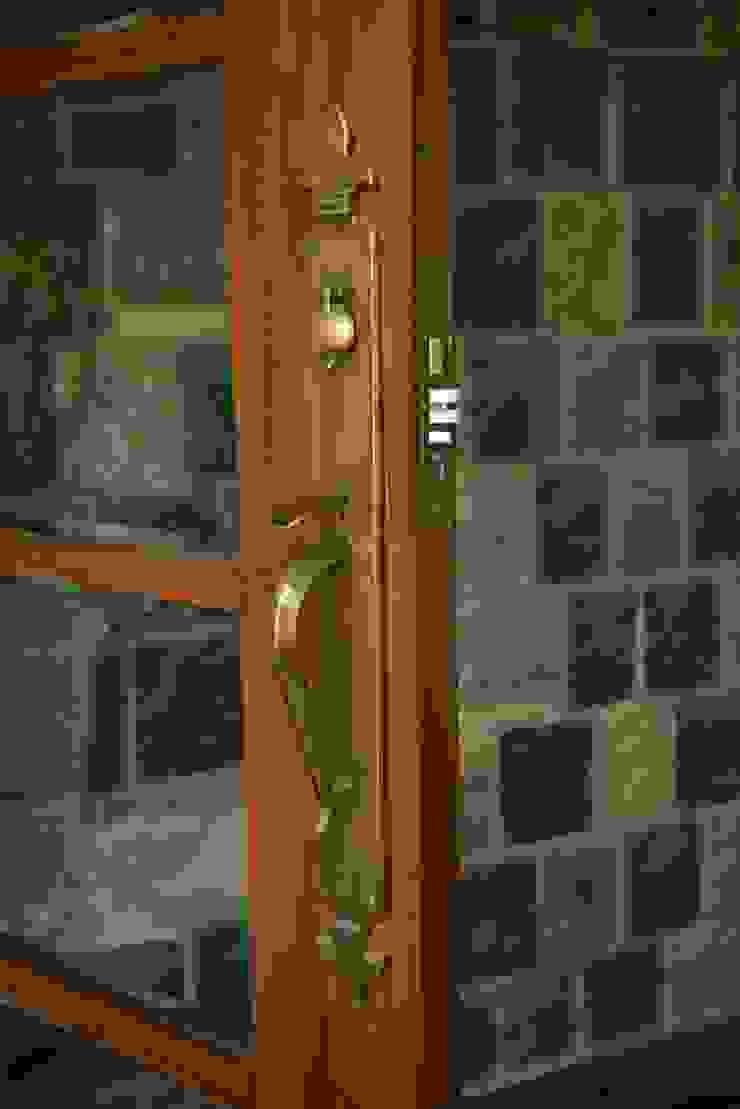 Juanapur Farmhouse monica khanna designs หน้าต่างและประตูลูกบิดประตูและอุปกรณ์เสริม