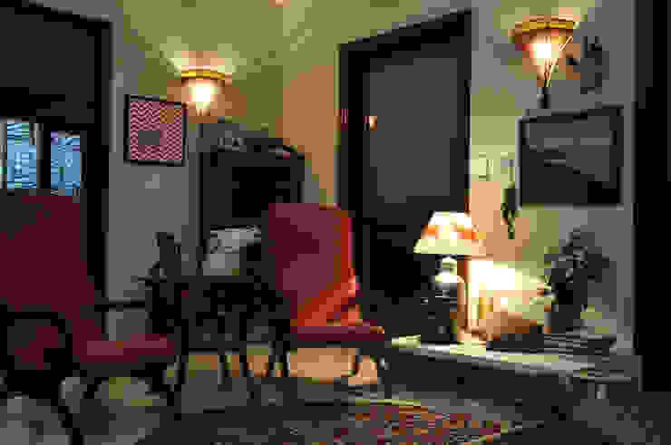 Apartment monica khanna designs ห้องนั่งเล่นโซฟาและเก้าอี้นวม