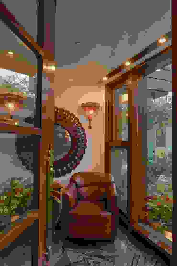 Juanapur Farmhouse monica khanna designs ห้องนั่งเล่นโซฟาและเก้าอี้นวม