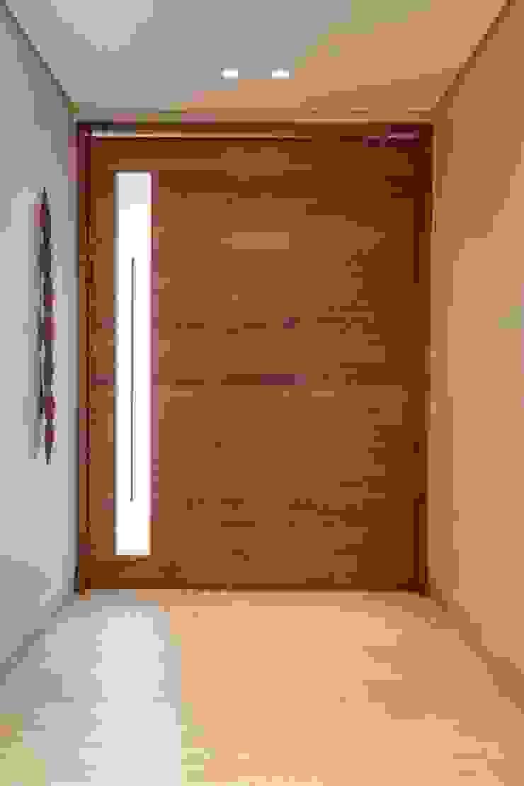 Casa Bairro Alphaville. Belo Horizonte Portas e janelas modernas por Rosangela C Brandão Interiores Moderno