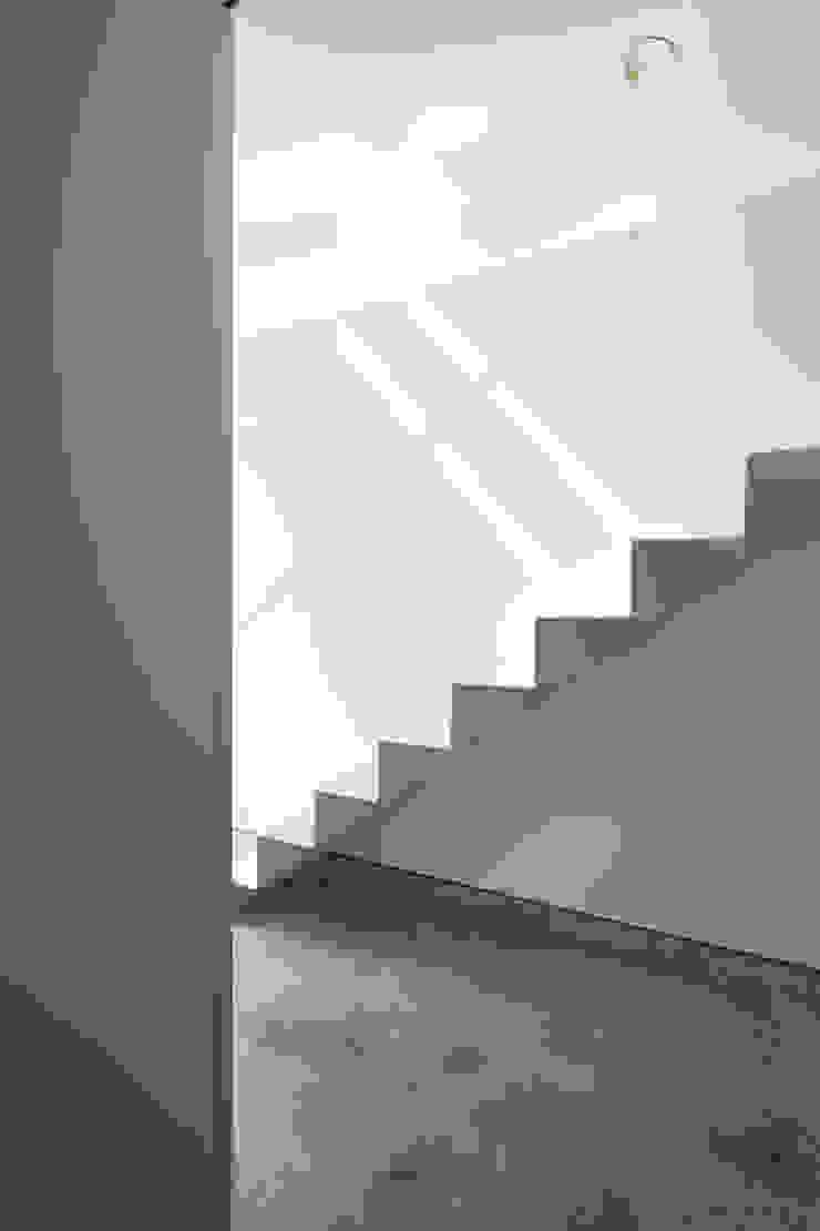 Couloir, entrée, escaliers modernes par 牧野研造建築設計事務所 Moderne Fer / Acier