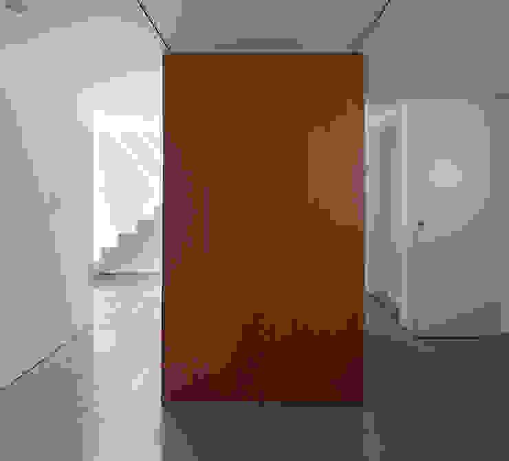 Pasillos, vestíbulos y escaleras modernos de 牧野研造建築設計事務所 Moderno Madera Acabado en madera