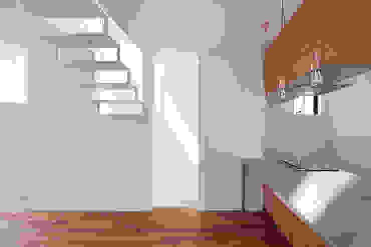 Livings modernos: Ideas, imágenes y decoración de 牧野研造建築設計事務所 Moderno Madera maciza Multicolor