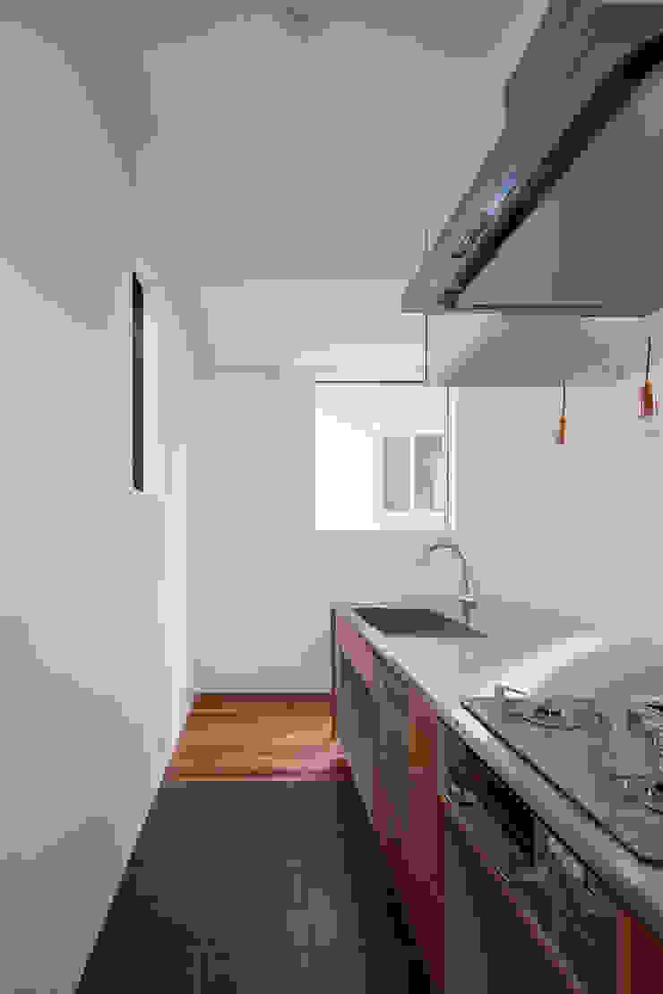Cocinas modernas: Ideas, imágenes y decoración de 牧野研造建築設計事務所 Moderno Azulejos