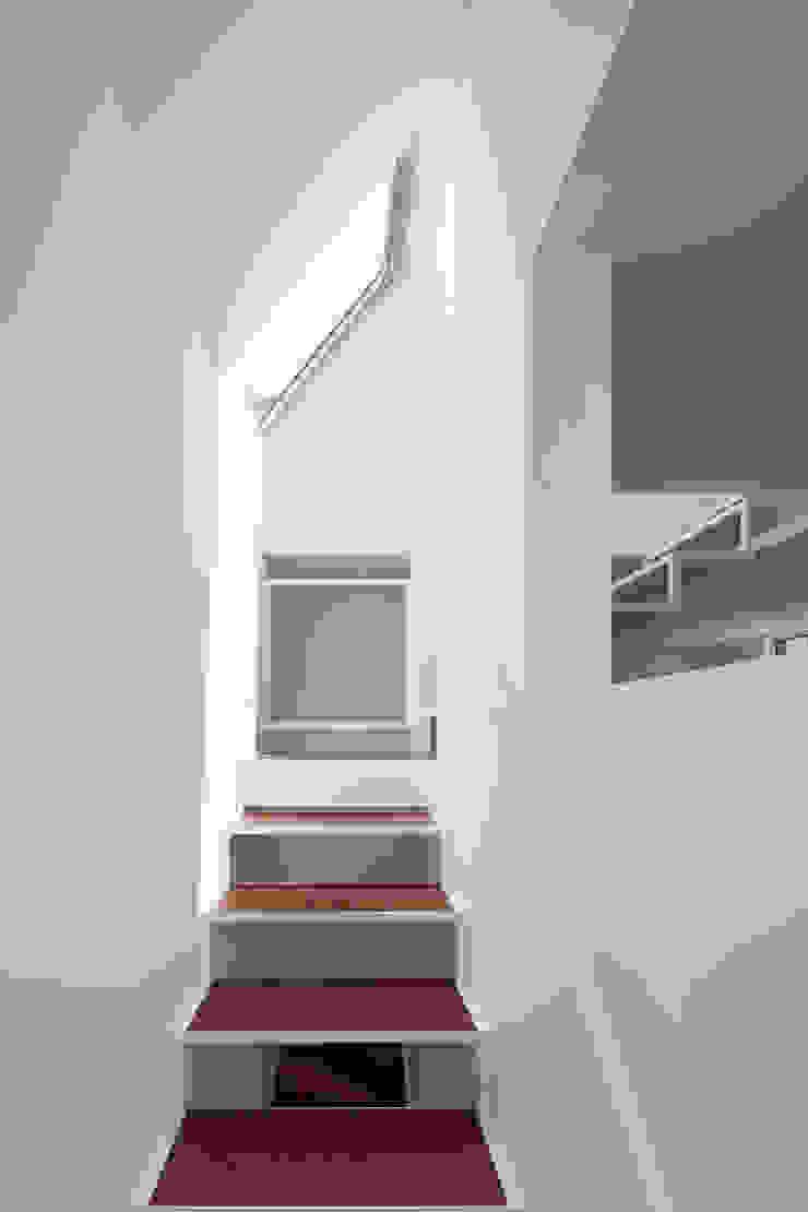 Pasillos, vestíbulos y escaleras modernos de 牧野研造建築設計事務所 Moderno Hierro/Acero