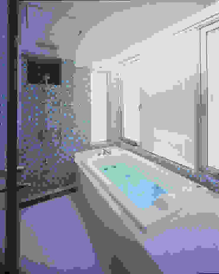 4階の浴室 モダンスタイルの お風呂 の Guen BERTHEAU-SUZUKI Co.,Ltd. モダン