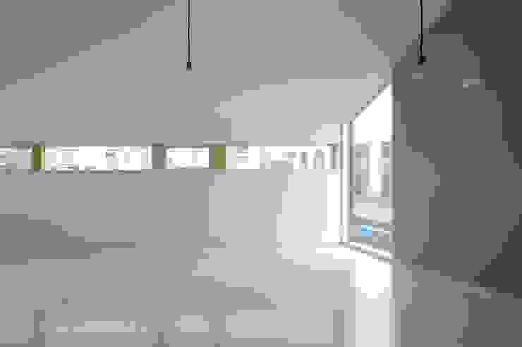 リビングからの見る横連続窓 オリジナルデザインの リビング の 田原泰浩建築設計事務所 オリジナル