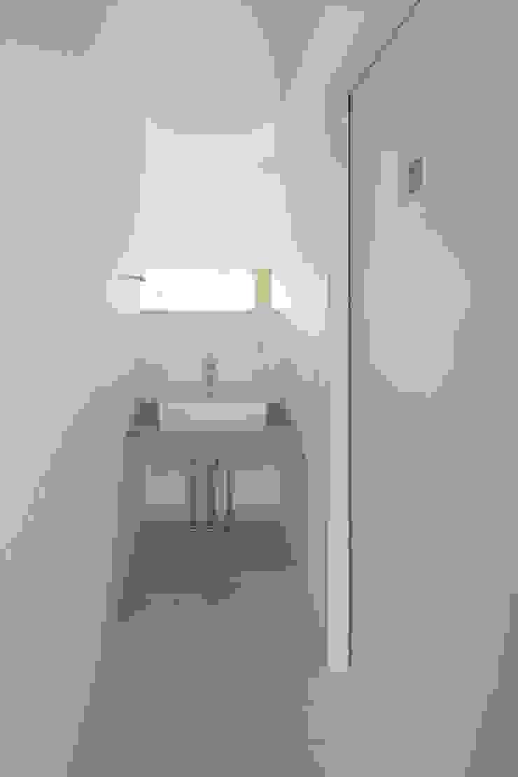 階段吹き抜け際の洗面スペース オリジナルスタイルの お風呂 の 田原泰浩建築設計事務所 オリジナル