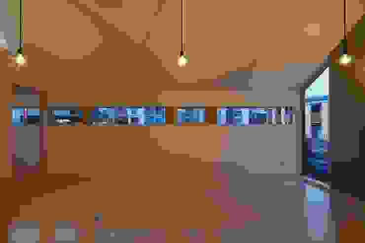 夕刻の横連続窓 オリジナルデザインの リビング の 田原泰浩建築設計事務所 オリジナル