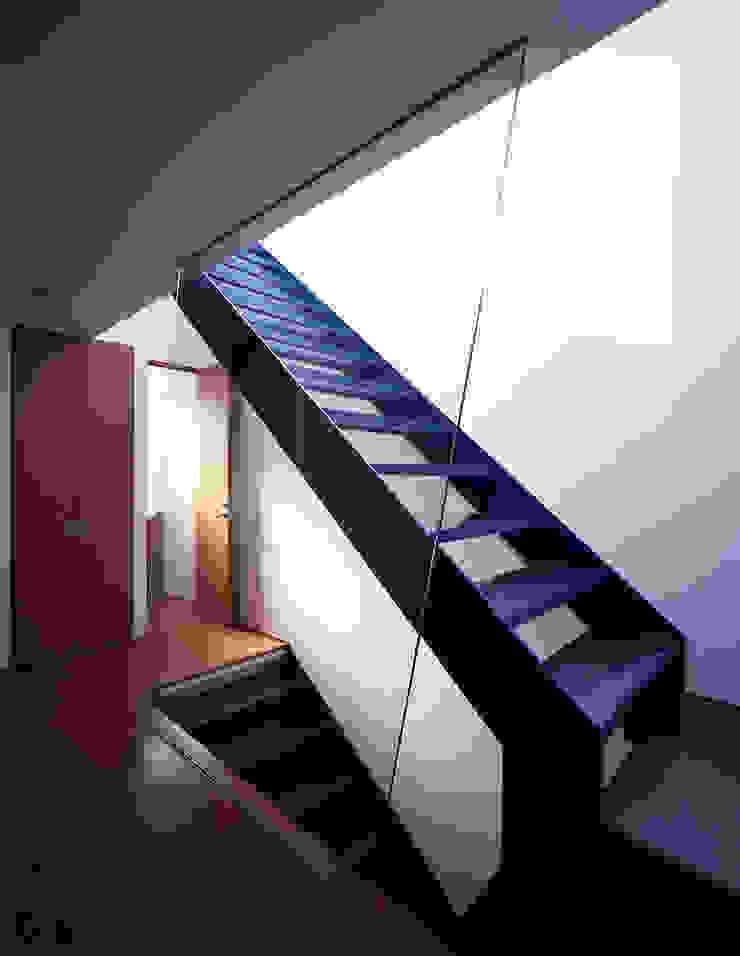 Modern Corridor, Hallway and Staircase by Guen BERTHEAU-SUZUKI Co.,Ltd. Modern