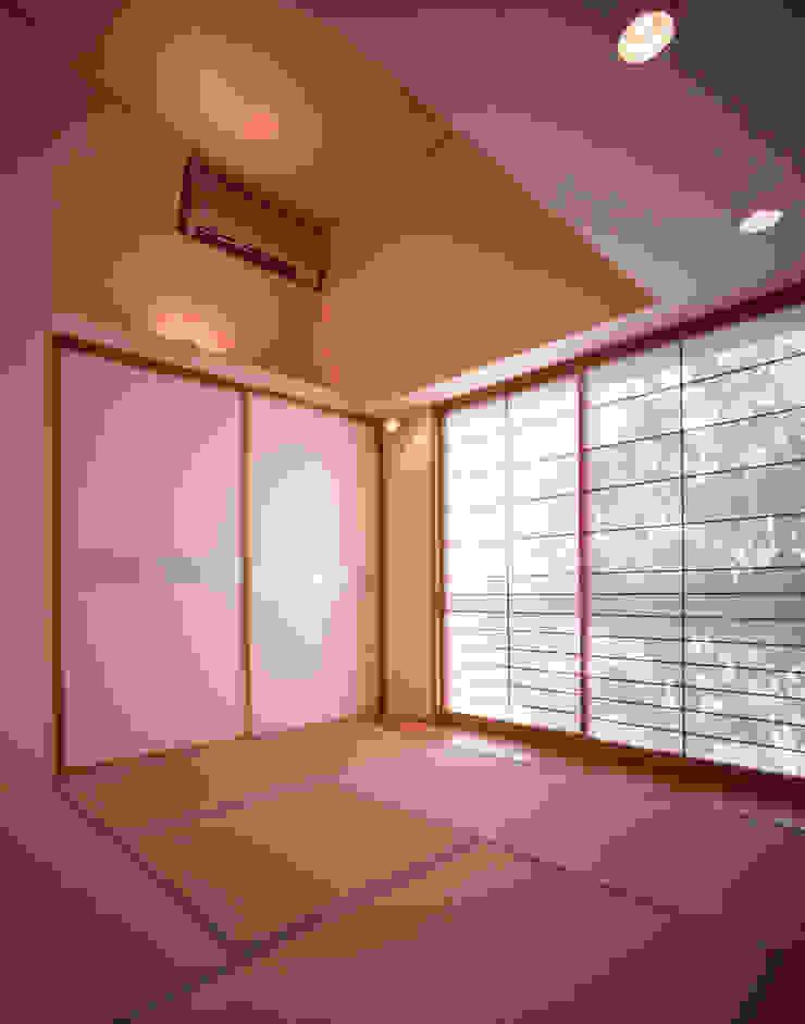 Salas de entretenimiento de estilo moderno de Guen BERTHEAU-SUZUKI Co.,Ltd. Moderno