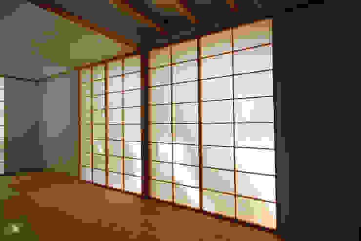 Puertas y ventanas de estilo ecléctico de 加藤淳一級建築士事務所 Ecléctico