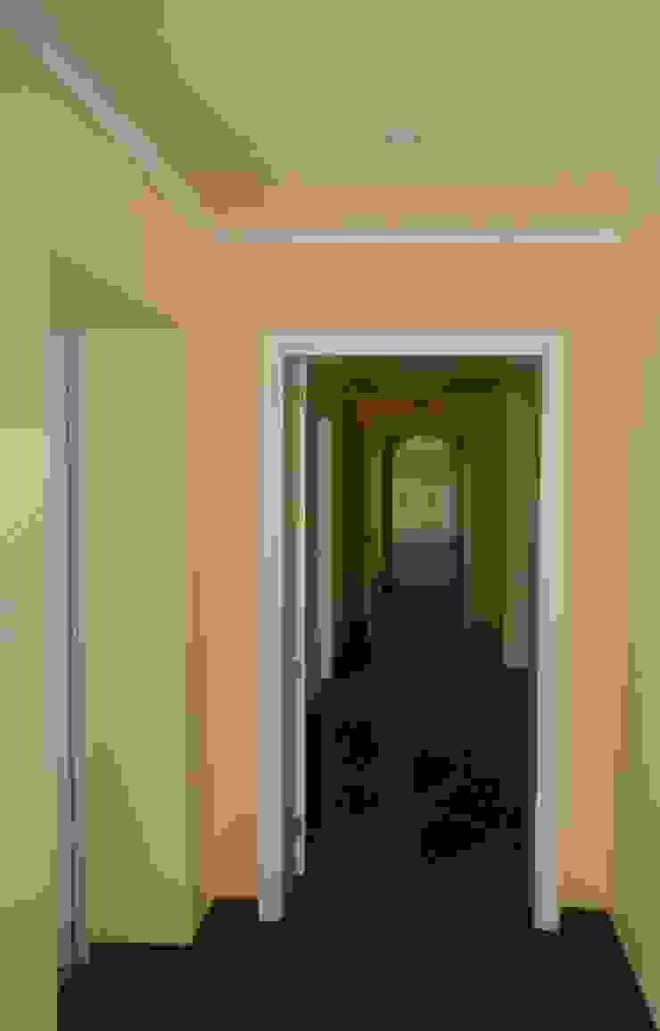 Interior Painting Pasillos, vestíbulos y escaleras de estilo mediterráneo de RenoBuild Algarve Mediterráneo