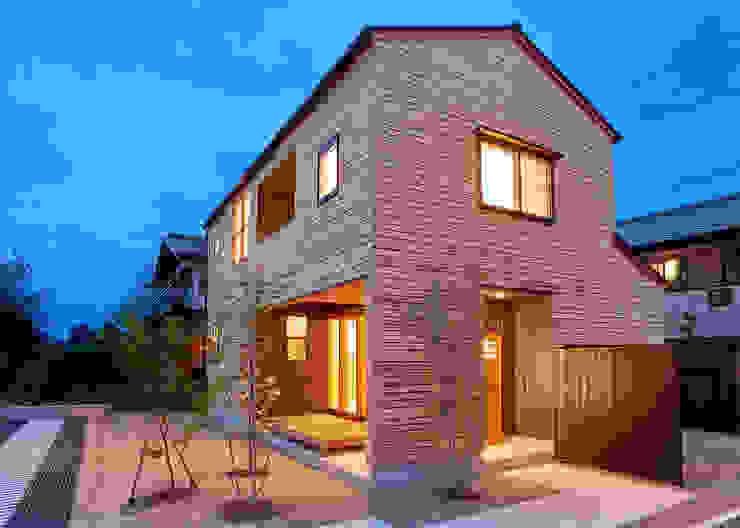 Casas  por 君島弘章建築設計事務所 , Moderno Madeira Efeito de madeira