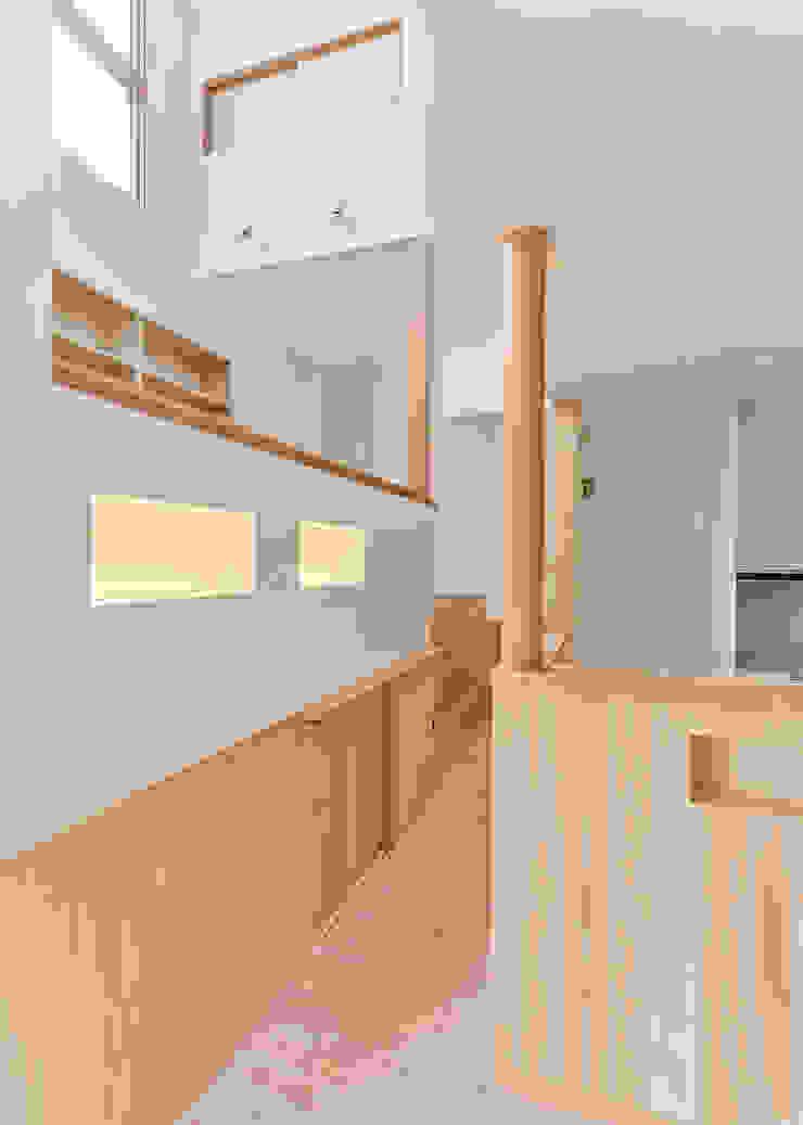 Modern corridor, hallway & stairs by 君島弘章建築設計事務所 Modern Wood Wood effect