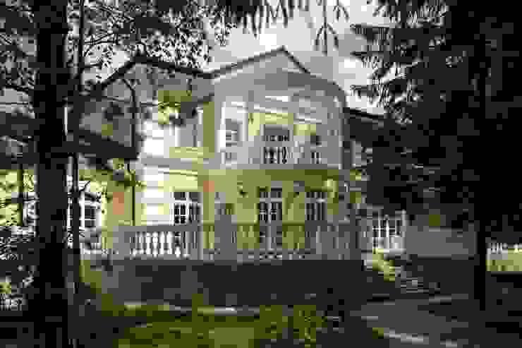 Classic style houses by СТУДИЯ ЮЛИИ НЕСТЕРОВОЙ Classic