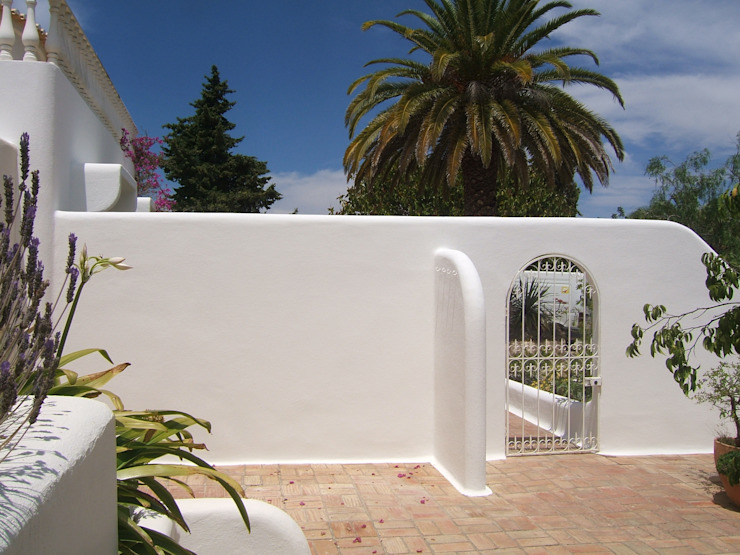 Facade Repair and Painting/ Crack Repair System Mediterranean style houses by RenoBuild Algarve Mediterranean