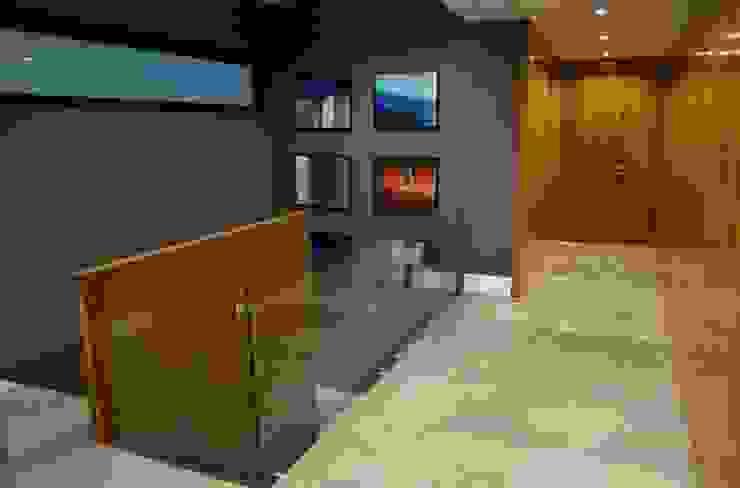 CASA TG Pasillos, vestíbulos y escaleras modernos de planeta diseño + construcción SA de CV Moderno