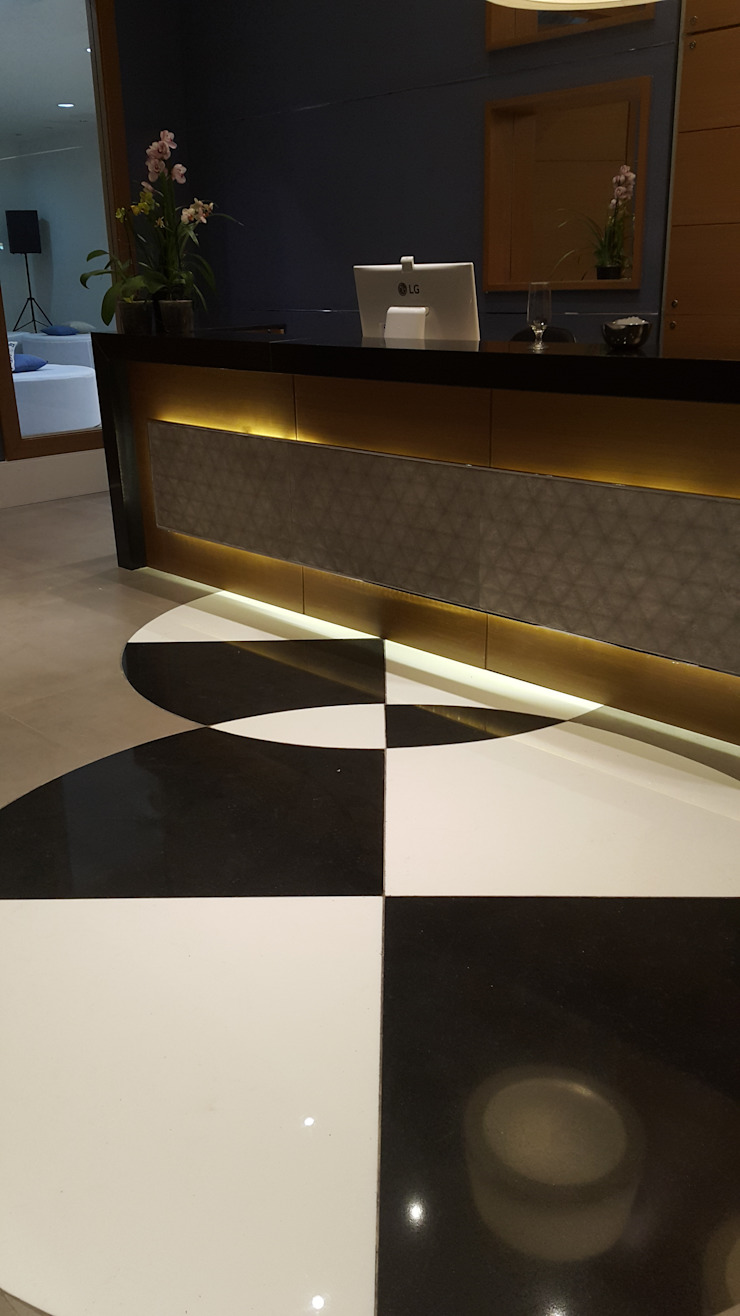 Projeto corporativo sóbrio e elegante por Lucio Nocito Arquitetura Paredes e pisos modernos por Lucio Nocito Arquitetura e Design de Interiores Moderno