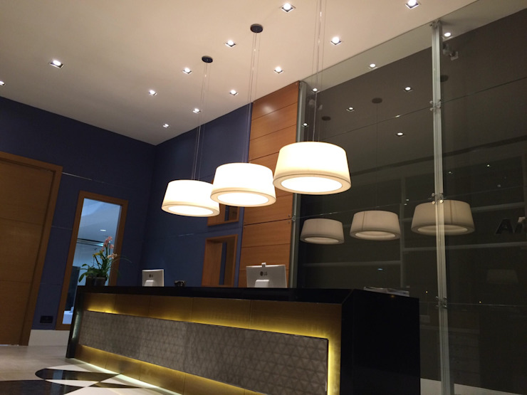Projeto corporativo sóbrio e elegante por Lucio Nocito Arquitetura Corredores, halls e escadas modernos por Lucio Nocito Arquitetura e Design de Interiores Moderno