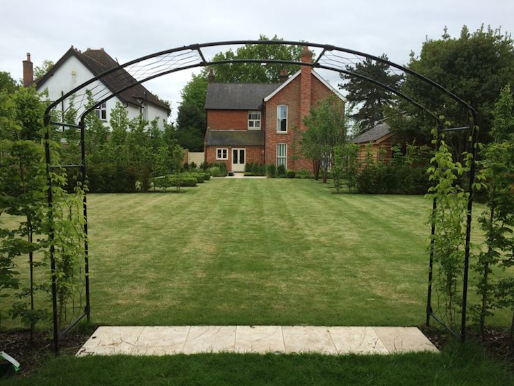 Stortford Road Classic style garden by Aralia Classic Iron/Steel
