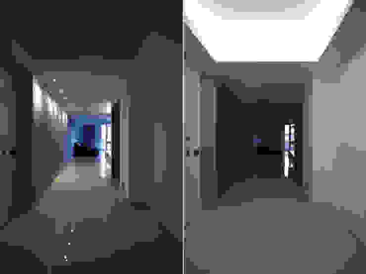 Nowoczesny korytarz, przedpokój i schody od Andrea Orioli Nowoczesny