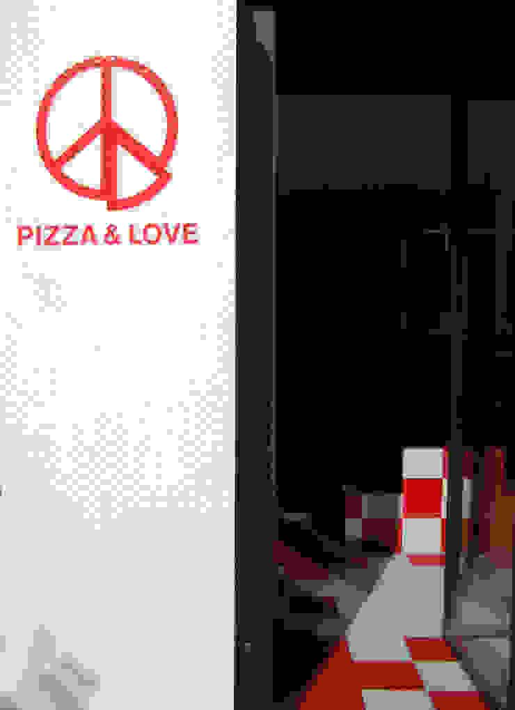 Pizza&Love Corredores, halls e escadas modernos por LOLA Moderno