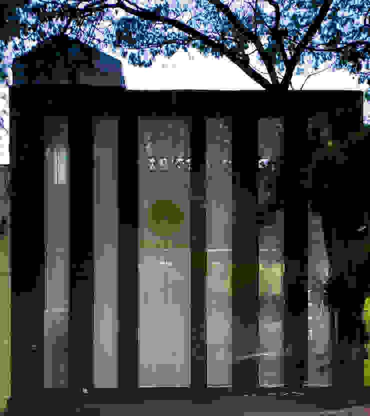 Chakras Restaurant Façade Janelas e portas modernas por LOLA Moderno