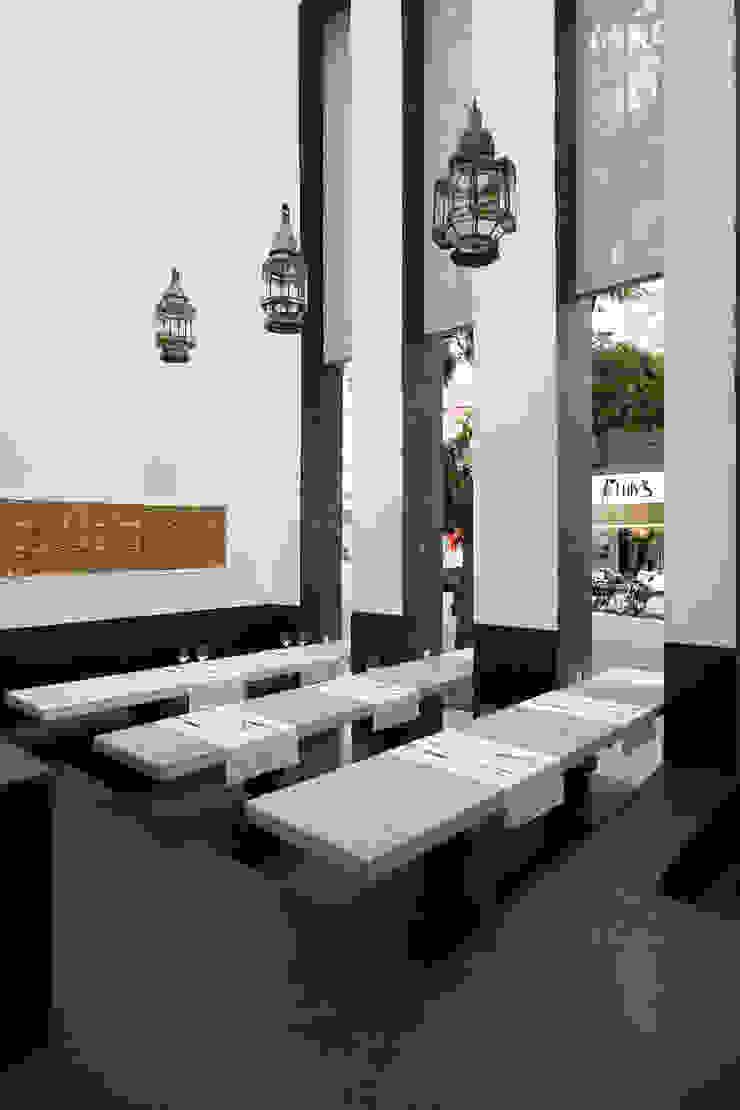 Chakras Restaurant Façade por LOLA Moderno