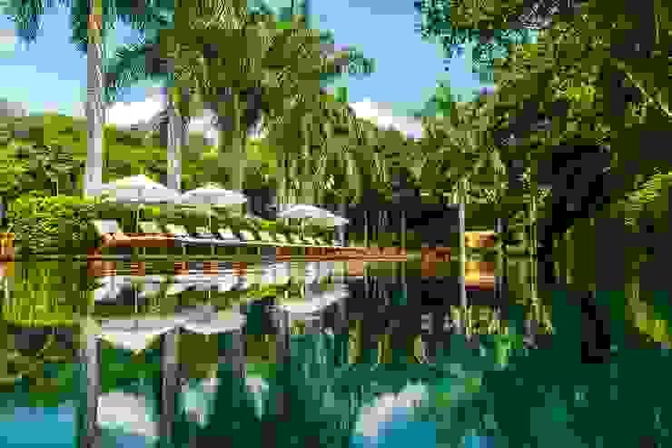 Alberca Zen Grand / Área de descanso. de MC Design Asiático Madera maciza Multicolor
