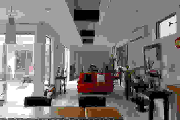 Living room by スタジオ・ベルナ,