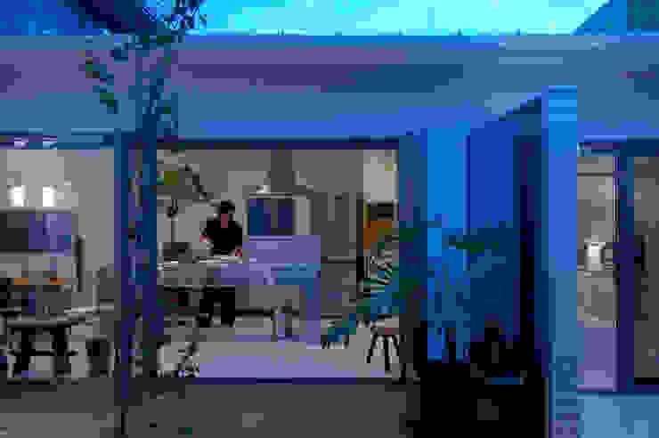 自然を感じる家で暮らす モダンな キッチン の スタジオ・ベルナ モダン