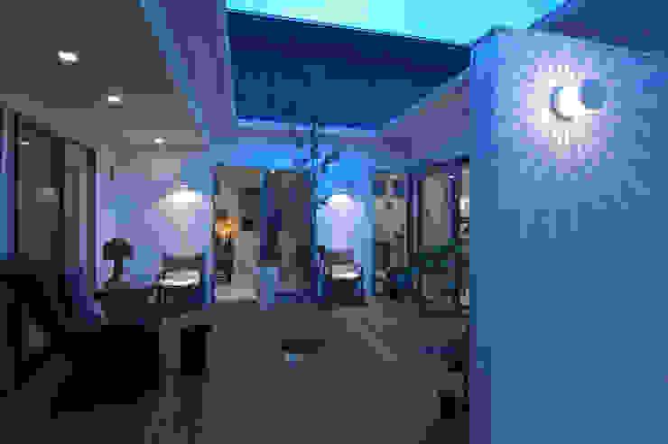 自然を感じる家で暮らす モダンデザインの テラス の スタジオ・ベルナ モダン 木 木目調