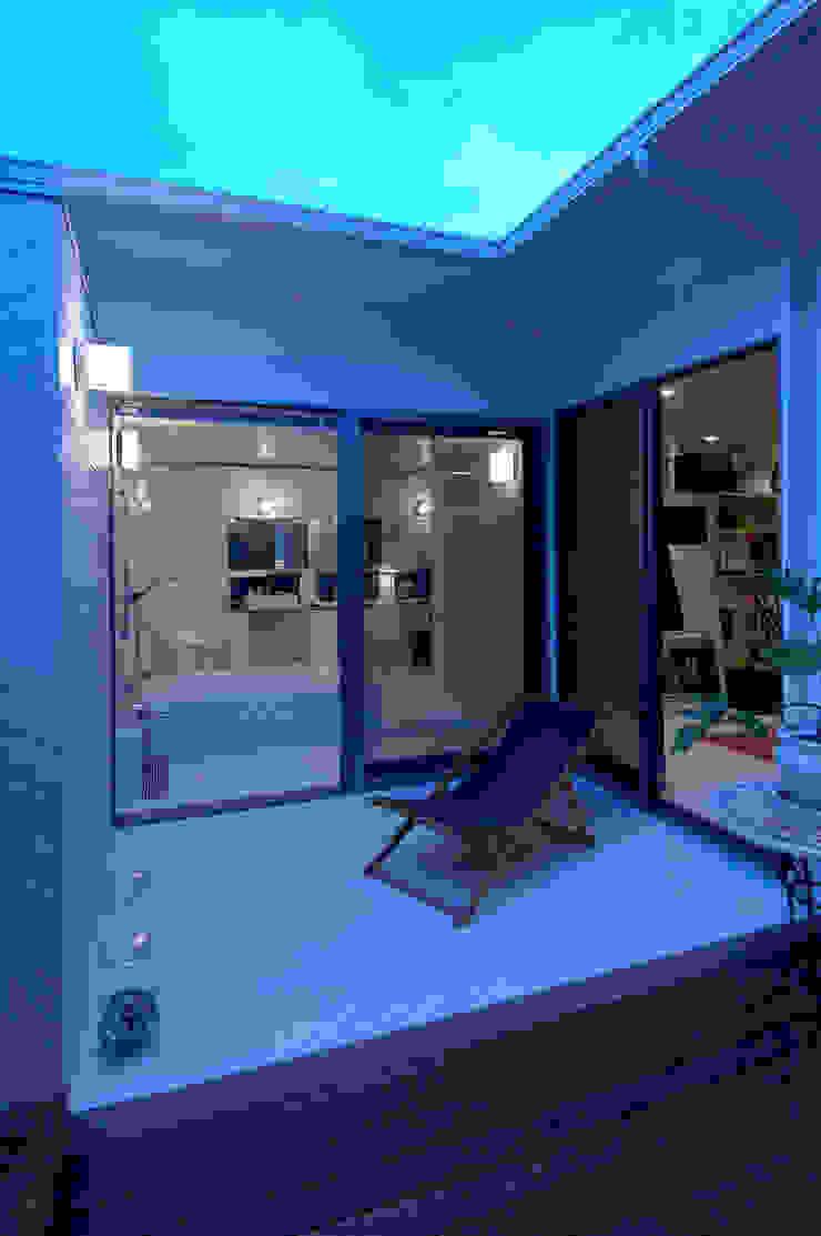 自然を感じる家で暮らす モダンスタイルの お風呂 の スタジオ・ベルナ モダン タイル
