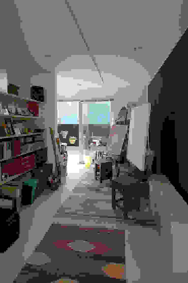 自然を感じる家で暮らす モダンデザインの 書斎 の スタジオ・ベルナ モダン