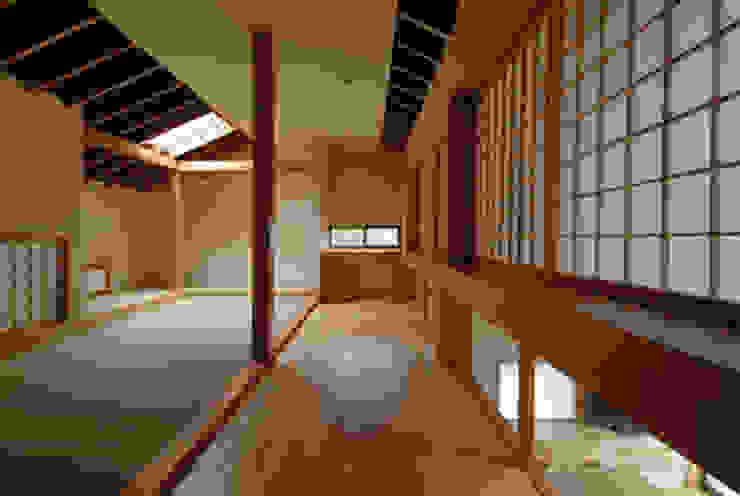 ほっと力の抜ける癒しの家 オリジナルデザインの 多目的室 の スタジオ・ベルナ オリジナル 無垢材 多色